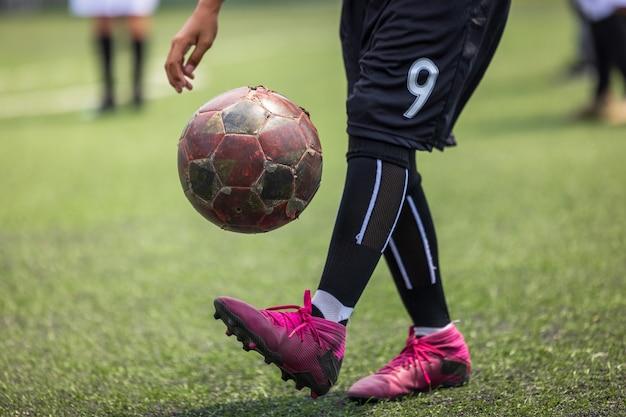 Мальчик на футбольной тренировке, навыки игры с футбольным мячом, местный таиланд