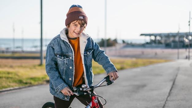 자전거와 함께 도시에서 야외에서 소년