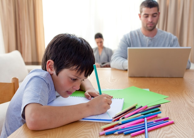 少年の絵と家庭で働く両親