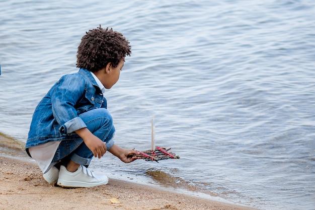 Мальчик играет в лужу мальчик играет в лужу мальчик с корабля