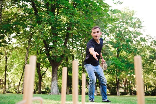 夏の公園で屋外でリングを投げるゲームをしている少年。
