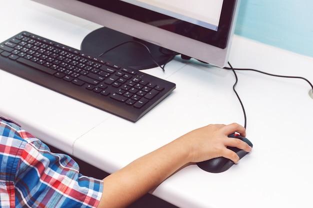 コンピュータで遊んでいる少年