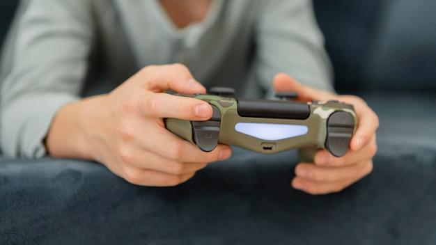 Мальчик играет с контроллером