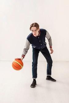 Мальчик играет с баскетбольным мячом