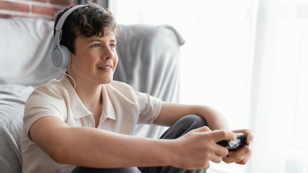 Мальчик играет с контроллером среднего кадра