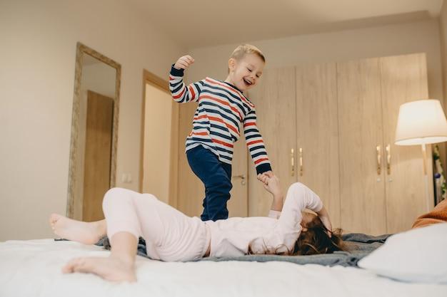 Мальчик играет со своей старшей сестрой