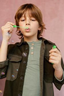 Ragazzo che gioca con le bolle di sapone
