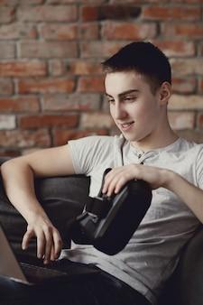自宅でvrヘッドセットをしている少年