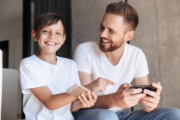 Мальчик, указывая на телефон отца
