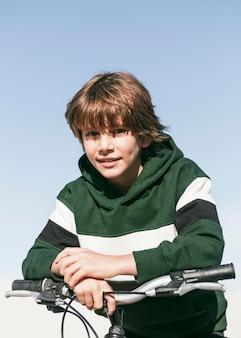 自転車に座ってポーズをとる少年