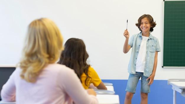 Ragazzo che presenta davanti alla classe