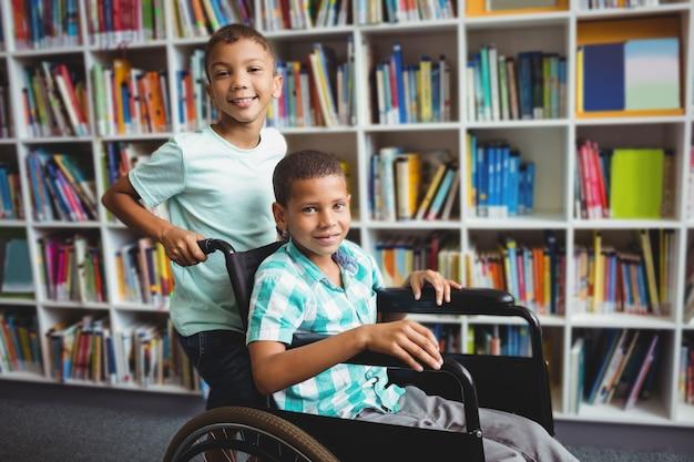 Мальчик толкает инвалидной коляске