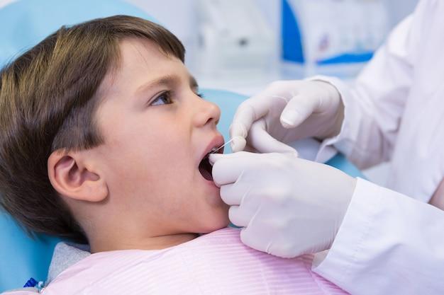 歯科医による歯科治療を受けている少年