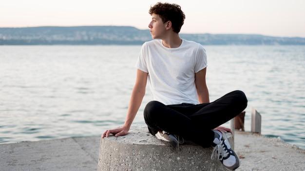 Ragazzo che si rilassa e che trascorre tempo in mare