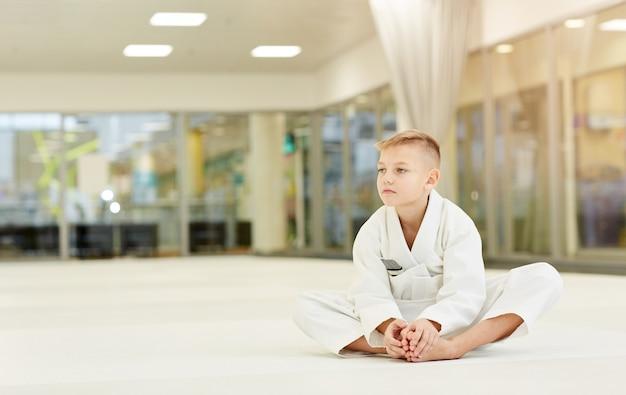 Мальчик отдыхает после спортивной тренировки