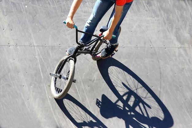 특별한 언덕에 자전거를 타는 소년