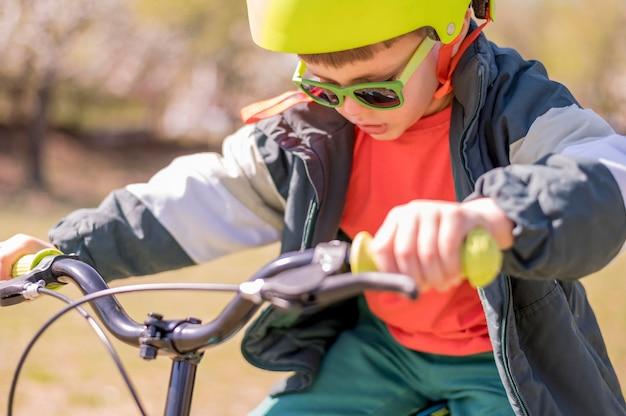 Мальчик езда на велосипеде