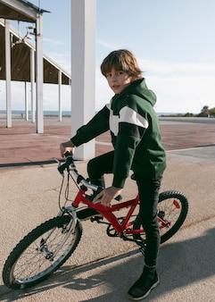 야외에서 그의 자전거를 타는 소년