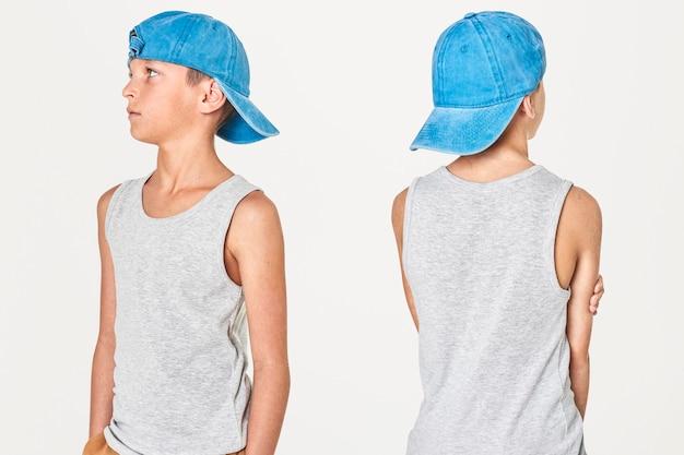 Серая майка для мальчика с синей кепкой в студии