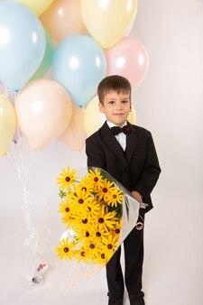 Мальчик-школьник-первоклассник с мячами и книгами