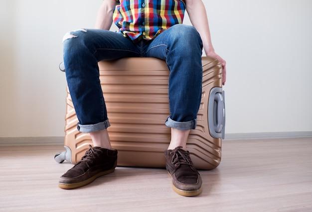 Мальчик сидит на багаже