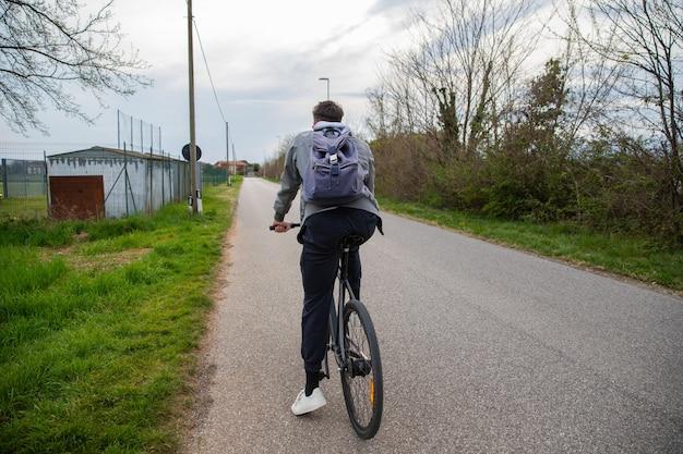 그의 자전거에 앉아있는 소년은 곧 탈 것입니다.