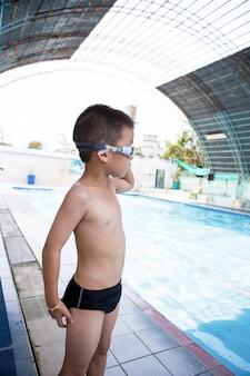 レジャーセンターのプールで笑っている少年