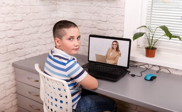 컴퓨터에서 교사와 소년 학생 화상 회의 e- 학습