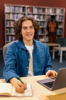 Мальчик учится в университетской библиотеке