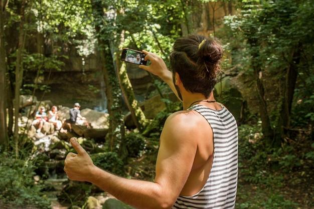 少年は森の中で自分撮りをします、カラーの画像