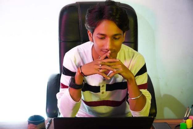 온라인 수업을 하는 소년 이미지