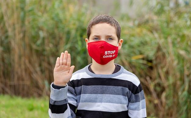 소년 십 대 남성 아이 얼굴 마스크를 쓰고