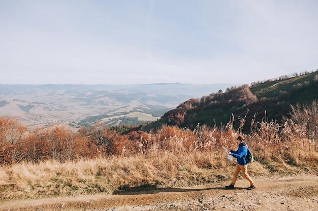 지도와 산에서 소년 관광