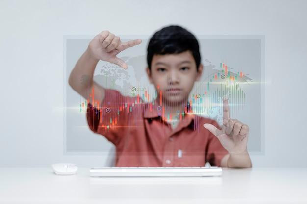 Мальчик торговли анализирует финансовые данные фондового рынка
