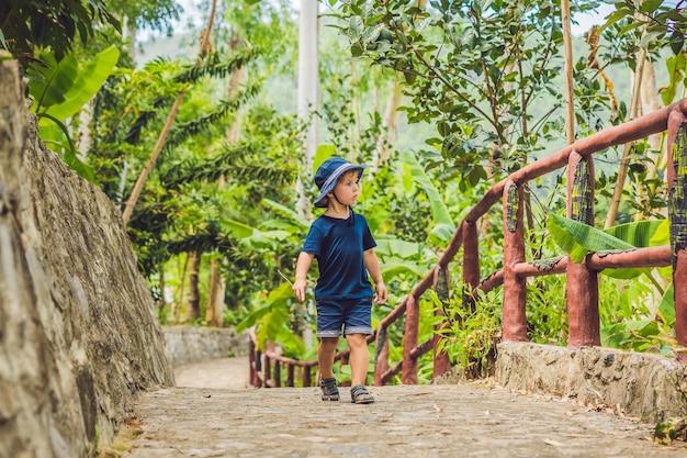 アジアの公園を歩く少年旅行者