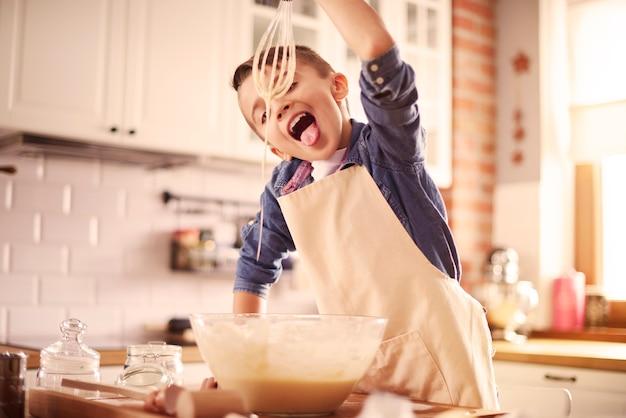 少年は自家製のねり粉のマフィンをしようとします
