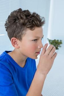 Мальчик с помощью насоса астмы