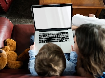 リビングルームでCopyspaceデジタルデバイスを使用している少年
