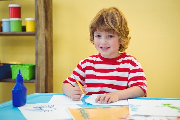 紙を切るはさみを使っている少年