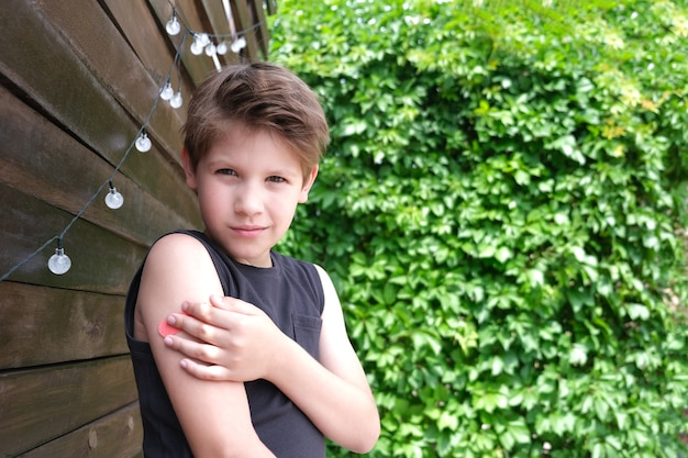 コロナウイルス感染症の予防接種を受けた少年。 covid-19に対するワクチン接種。スプートニクvスペースをコピーします。