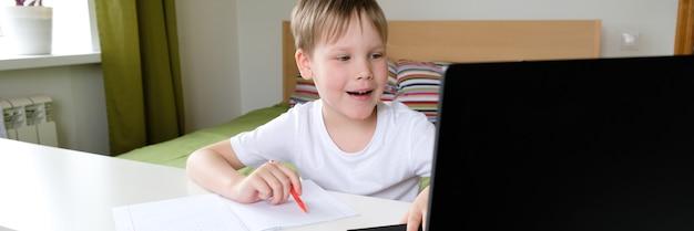 집에서 노트북에 교사와 소년 화상 회의. 원격 교육의 개념. 집에있어 라