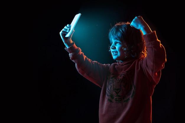 Мальчик ведет видеоблог со смартфоном