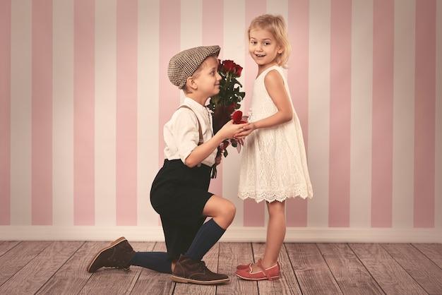 彼の小さな女の子からの答えを待っている男の子