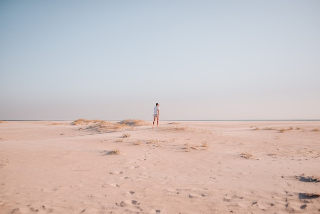 해질녘 해변에서 산책하는 소년