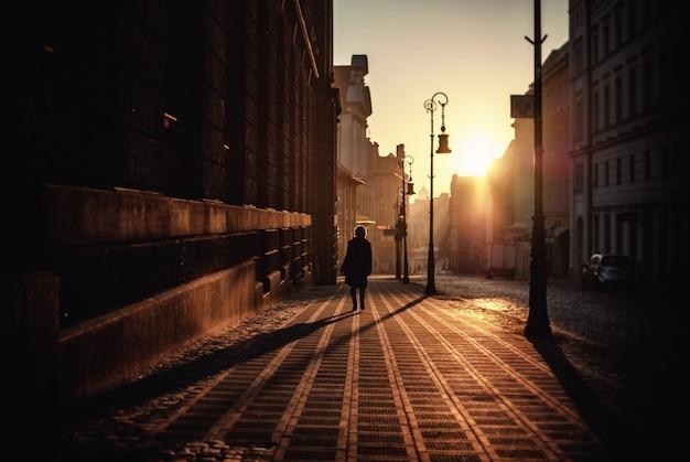 일몰에 거리에 걷는 소년