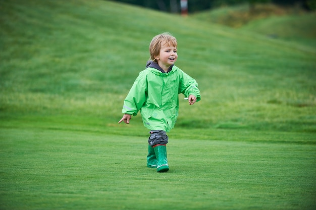 ゴルフコースを歩く少年