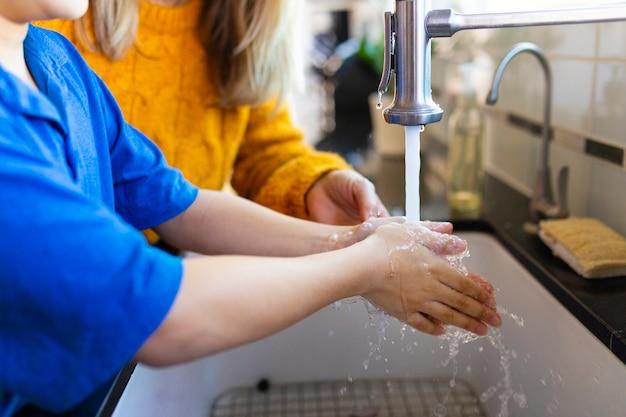Ragazzo che si lava le mani nella nuova normalità