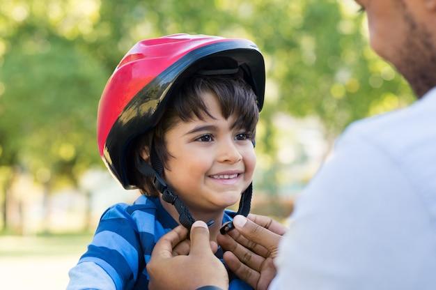 少年はサイクルヘルメットを着用