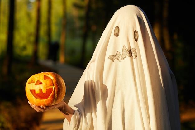 Мальчик в костюме призрака хэллоуина