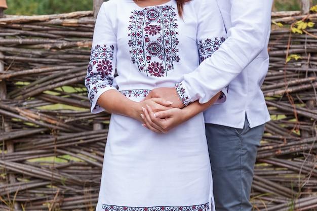 Мальчик с девушкой в национальной украинской одежде, взявшись за руки Premium Фотографии